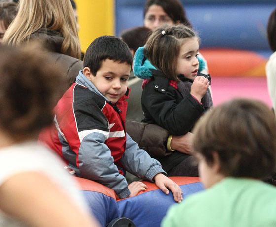 Una mañana de juegos para niños en el polideportivo de Cascajos