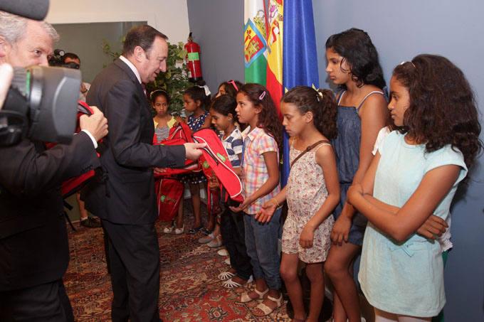 Sanz recibe a los niños del Sáhara
